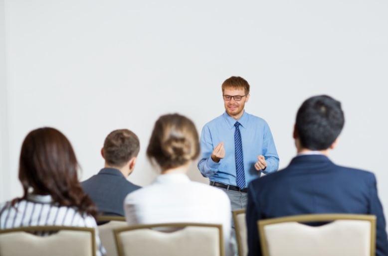 Profissionais recebendo treinamento adequado