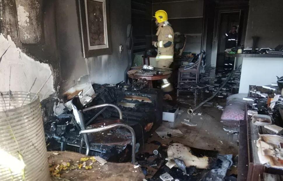 Sala do apartamento que pegou fogo