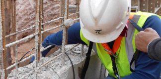 Profisional fazendo inspeção na estrutura do prédio
