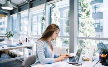 Contadora trabalhando em um laptop no escritório