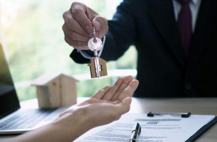 Proprietário entregando as chaves para o locatário