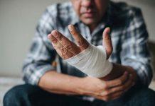 Condomínio é responsabilizado por acidente de faxineiro ao limpar fachada