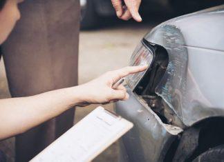 Condomínio deve indenizar moradora que teve carro danificado pelo portão da garagem