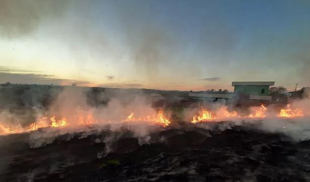 Área de mato perto de condomínio residencial pega fogo em Boituva.