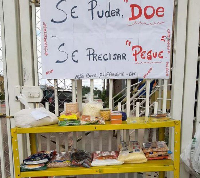 Condomínio monta 'prateleira solidária' com alimentos para ajudar pessoas carentes durante a pandemia, em RO.