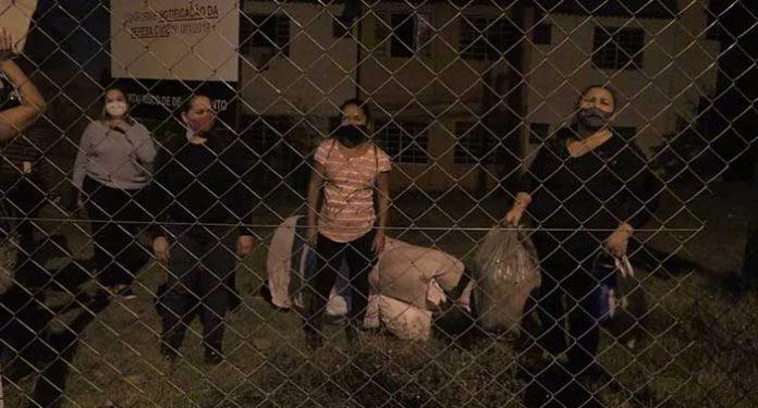 Cerca de 80 famílias ocupam condomínio interditado por risco de desabamento, em Foz do Iguaçu, diz PM.
