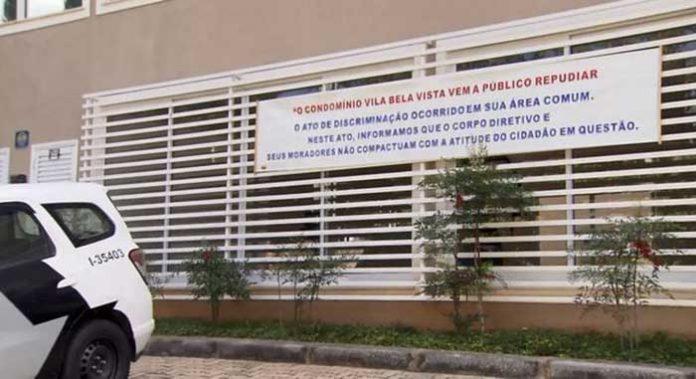 Condomínio onde motoboy sofreu ofensas racistas coloca faixa de repúdio contra morador: 'Não compactuam'.