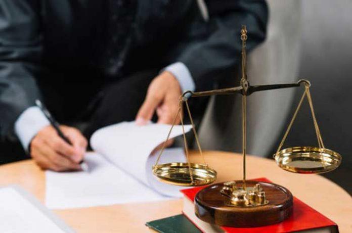advogado assinando contrato com condomínio