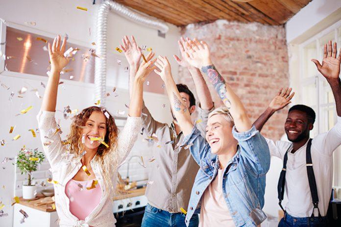Jovens se divertindo e dançando em casa