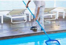 limpando piscina em condomínio