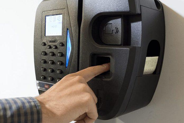 A exigência do cartão de ponto é uma das formas utilizadas pela empresa, para efetivar a fiscalização de faltas e atrasos